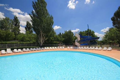 vue sur la piscine et le toboggan