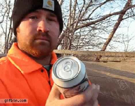 Homme avec une canette de bière