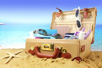 Valise ouverte sur la plage