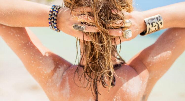 Chevelure de femme de dos à la plage