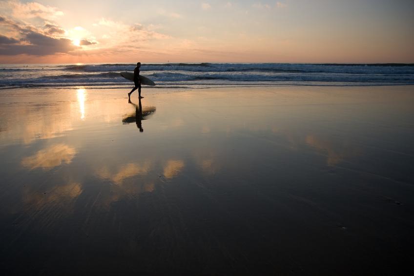 Surfeur et coucher de soleil plage Estagnots